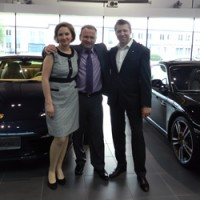 Встреча бизнесменов в автосалоне Porsche