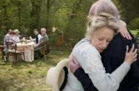 Tolstoj_und_seine_Frau_umarmen_sich